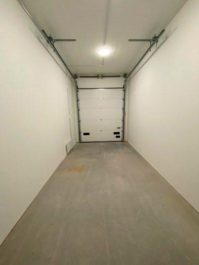 Vuokravaraston nosto-oven mitat: korkeus 2,8 x leveys 3,3 m.