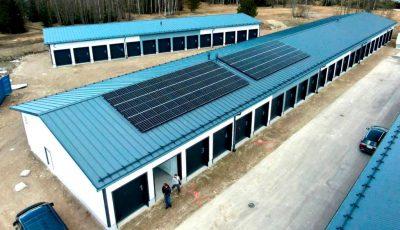 Älykäs sähköjärjestelmä. Aurinkopaneelit 30kW ja akusto 20kW. Pienvarastot Ahertajankuja 7, Järvenpää